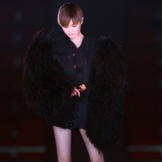 李宇春身着 SAINT LAURENT by Anthony Vaccarello 18 Summer系列